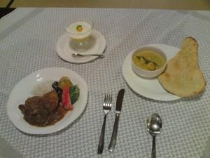 鶏骨付きモモ肉のチキンカレー 夏野菜のフリット添え プラウンマライ(海老のココナッツカレー) ナン マンゴープリン